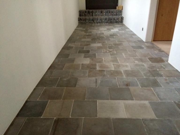 Oude grijze cementtegels