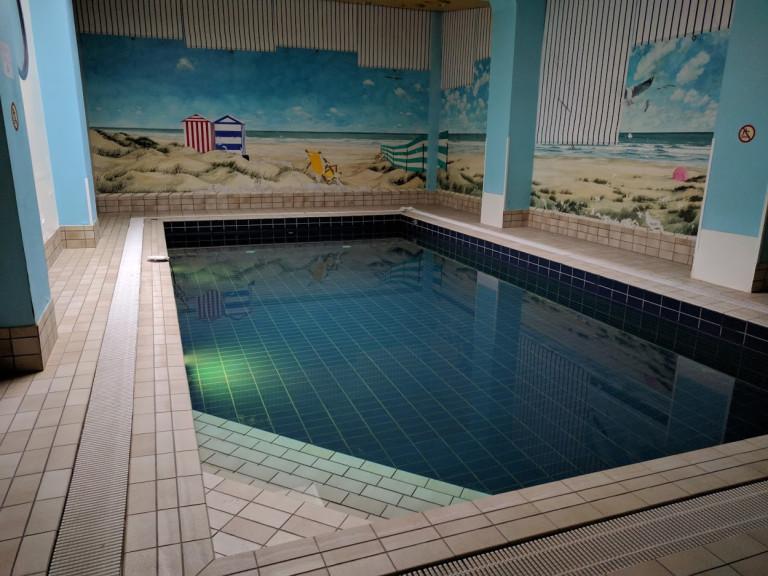 zwembad met tegels